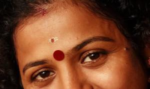 Punto rojo en cara indú